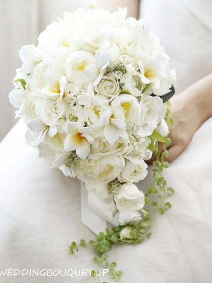 丸く咲くホワイトバラとプルメリアのティアドロップブーケ