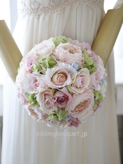 淡いピンクのバラとラナンキュラスのラウンドブーケ