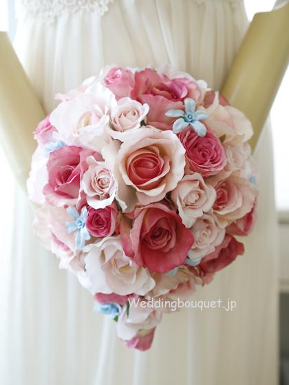 かわいいピンクバラとブルースターのティアドロップブーケ