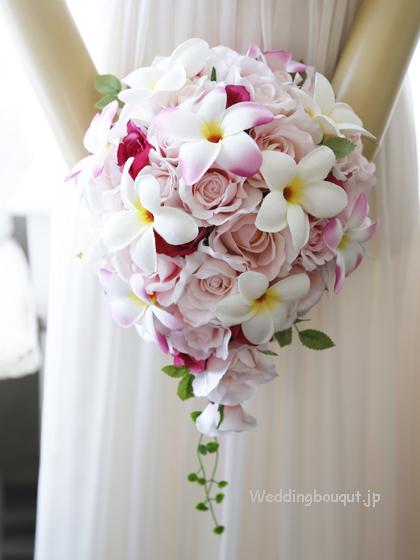 ピンクのバラと大輪プルメリアのティアドロップブーケ
