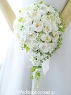丸く咲くホワイトバラのナチュラルティアドロップブーケ