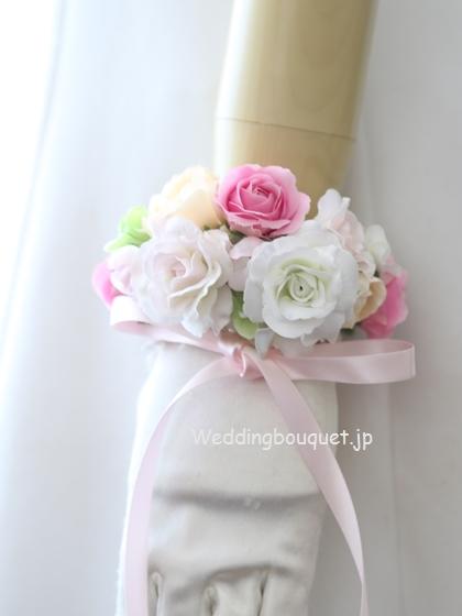 かわいいピンクのバラのガーランドリストレット