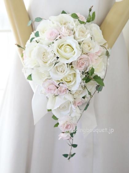 透き通る白いバラのティアドロップブーケ