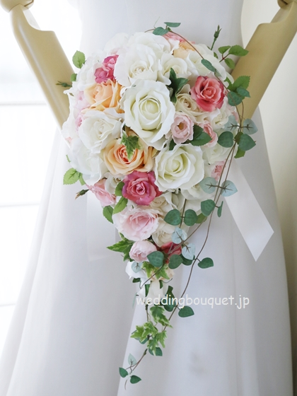 白いバラとカラフルカラーのティアドロップブーケ