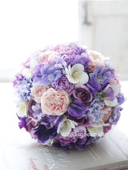 きれいな紫とプルメリアのクラッチブーケ