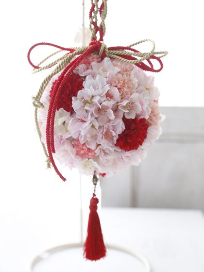 桜と赤いピンポンマムの和装ボールブーケ