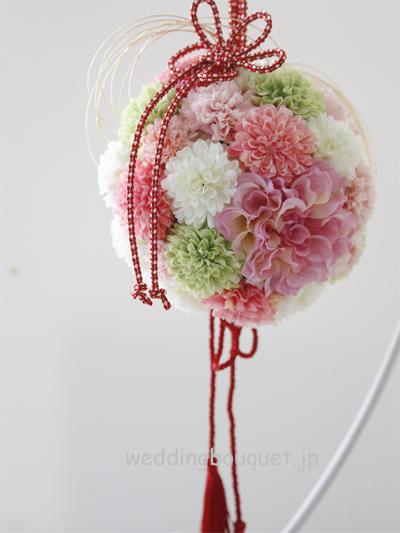ピンクダリアとかわいいピンポンマムの和装ボールブーケ