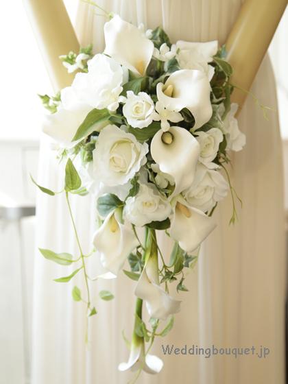 ホワイトカラーと白バラのナチュラルキャスケードブーケ