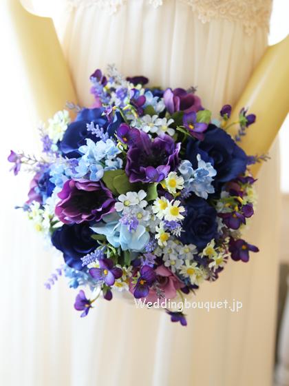 紫アネモネとロイヤルブルーバラのシャワーブーケ