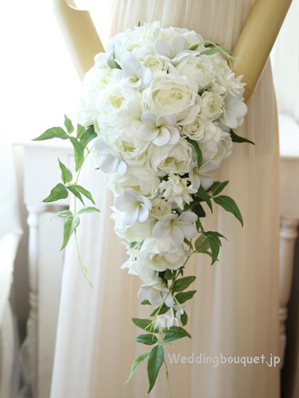 白バラとプルメリアのキャスケードブーケ