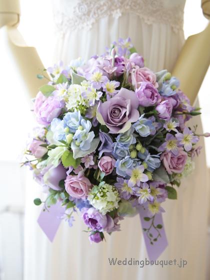やさしい紫のバラとブルーフラワーのシャワーブーケ