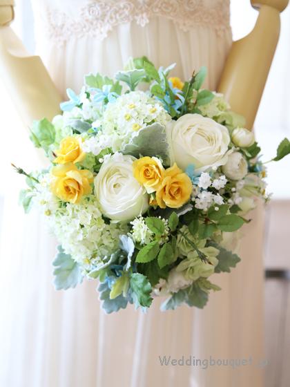 白いバラと黄色のミニバラナチュラルクラッチブーケ
